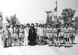 Πρόσκοποι Παρισίων στην Αθήνα 1952Οι Έλληνες Πρόσκοποι Παρισίων μετά την κατάθεση Στεφάνου στο Μνημείο του Αγνώστου Στρατιώτη στην Αθήνα τον Αύγουστο του 1952. Στην μέση διακρίνεται ο Αρχιμανδρίτης Παρισίων Μελέτιος Καραμπίνης.